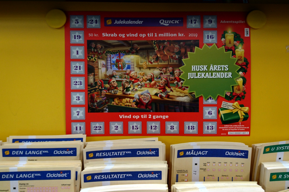 Реклама рождественского скретч-календаря возле кассы супермаркета
