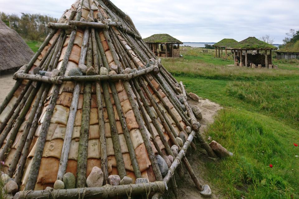 Постройка с фундаментом по форме трапеции. Парк каменного века Эртебёлле