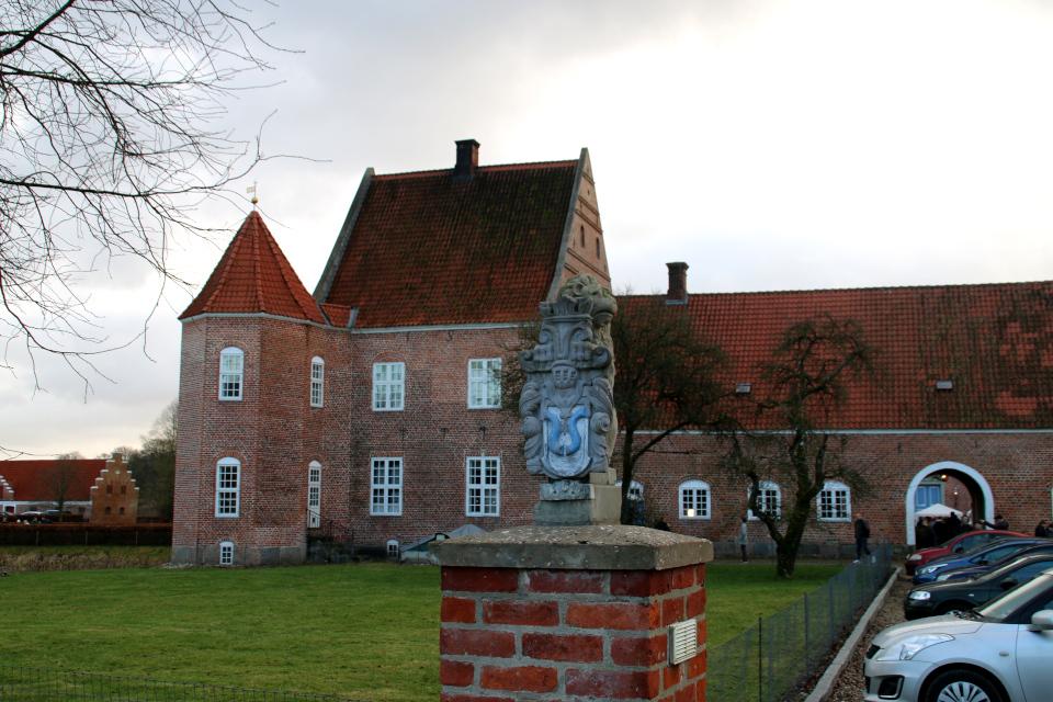 Один из старых гербов с львом у входа в замок Ульструп