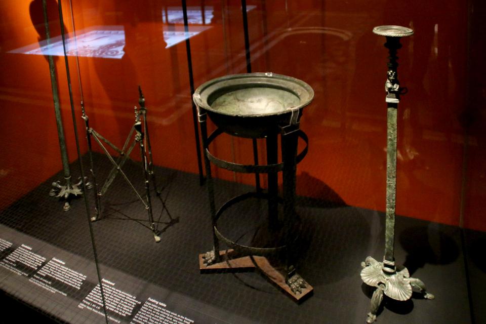 Масляная лампа, умывальник и складной стул г. Помпеи, 1 век н.э.