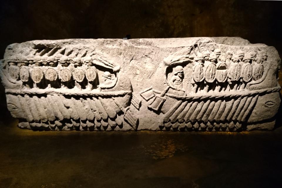 Мраморный рельеф с 2 военными кораблями с солдатами в полном снаряжении