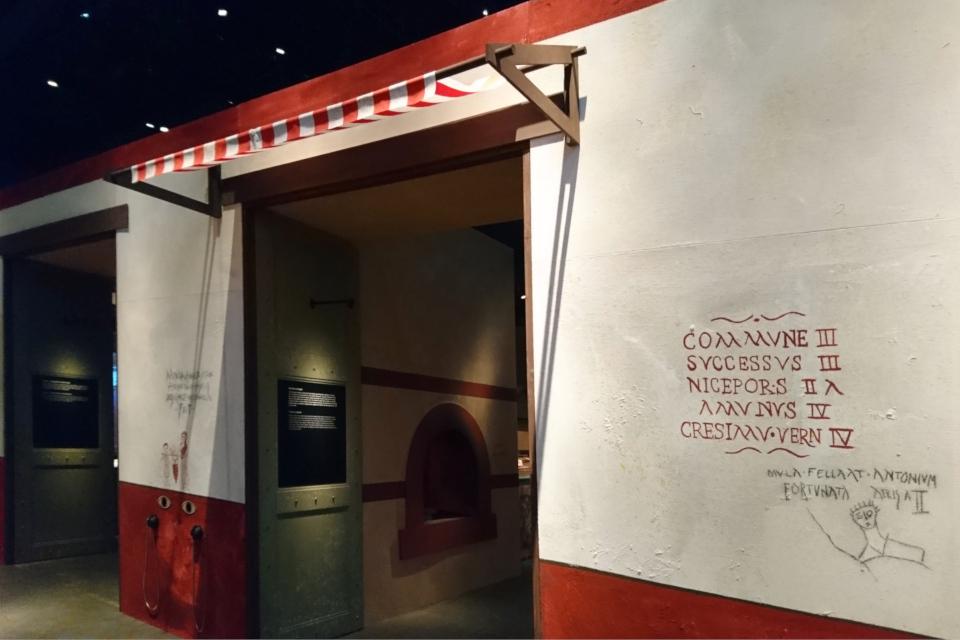 Реконструкция пекарни из Помпеи. На стенах - копии объявлений и граффити