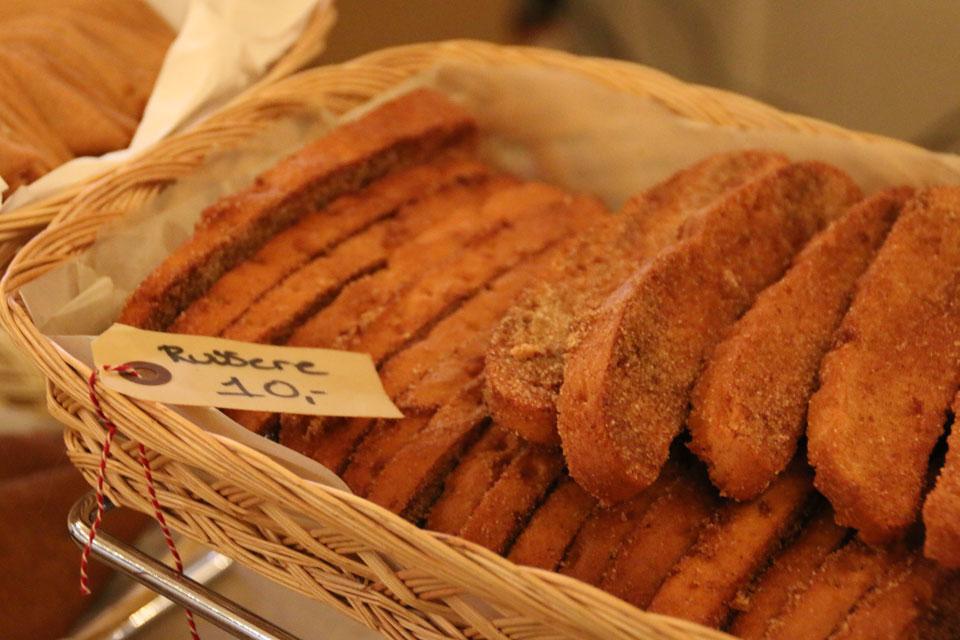 """Подрумяненные в духовке ломтики сдобного хлеба с маслом и сахаром-""""Русские"""""""