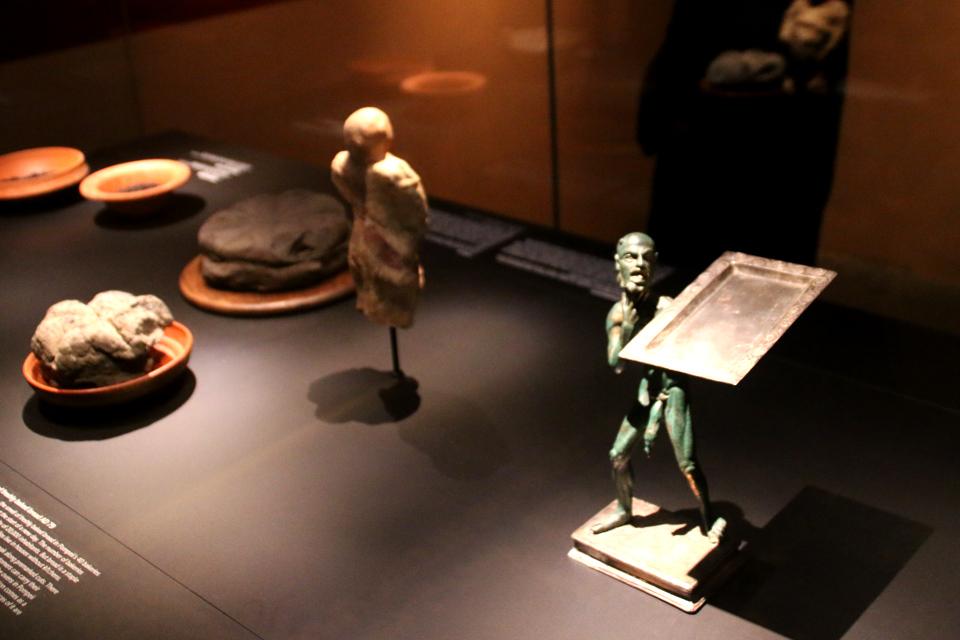 Подставка для хлеба с фигурой, в доме Ефеба, Помпеи, 1 в. н.э.
