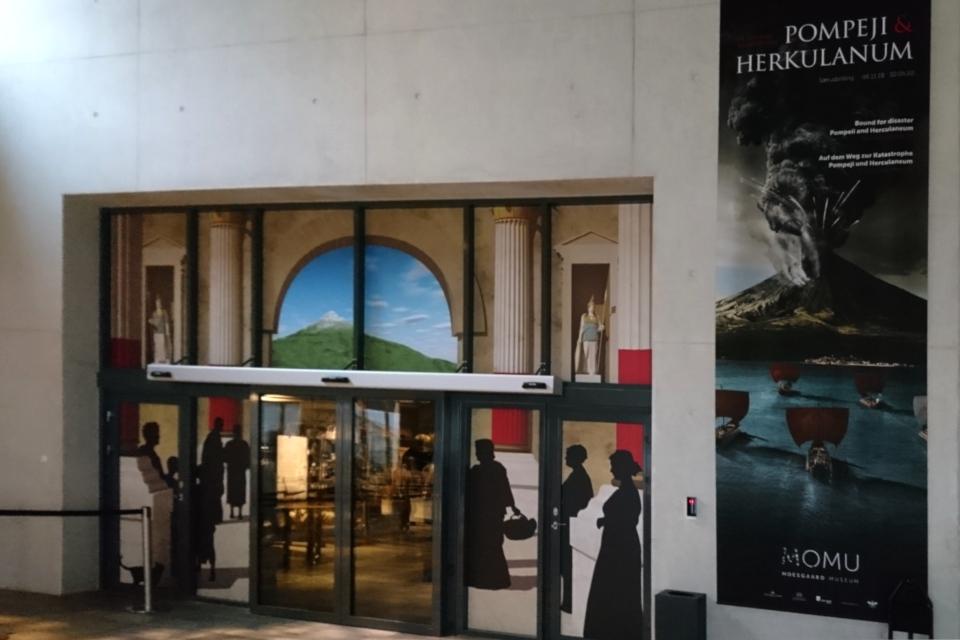 """У входа на выставку """"Помпеи и Геркуланум - на пути к катастрофе"""""""