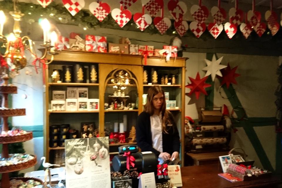 Моя дочка в магазине-музее Рождества плетет рождественские сердечки.