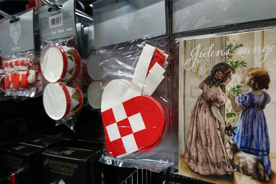 Готовые традиционные плетенные сердечки в супермаркете, Дания