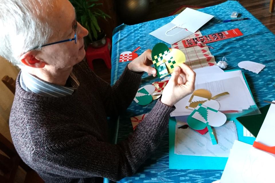 Мой муж плетет из бумаги рождественские сердечки, Дания