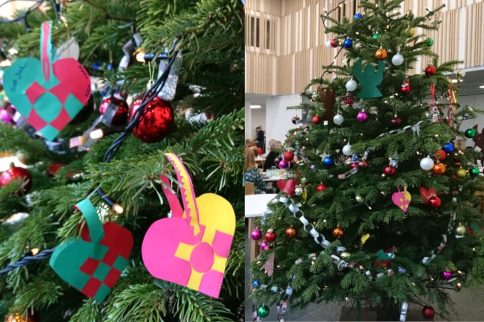 Рождественская пихта с украшения, сделанными детьми из детского сада, Дания