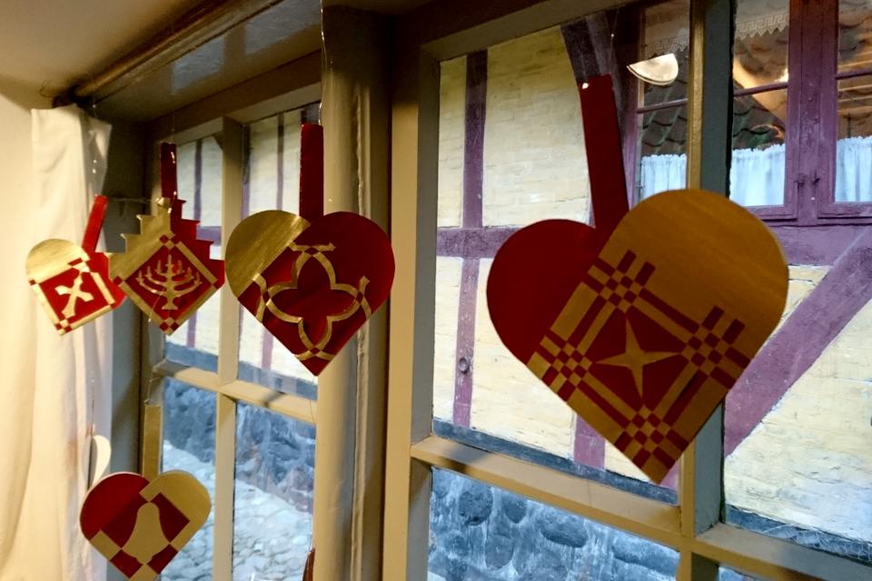 Еще некоторые сердечки на окнах рождественского зала (Julestue), Дания