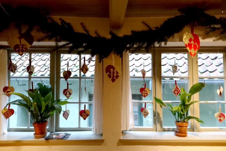 Традиционные датские сердечки, украшающие окна рождественского зала, Дания