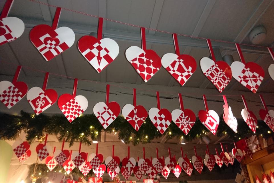 Рождественские сердечки, украшающие потолок магазина-музея Рождества