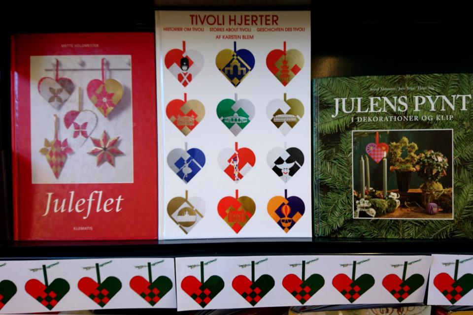 Книги с инструкциями и шаблонами для плетения рождественских сердечек