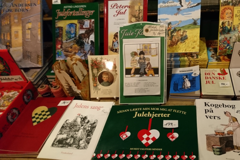 Книга с иллюстрацией плетеного сердечка Г. Х. Андерсена