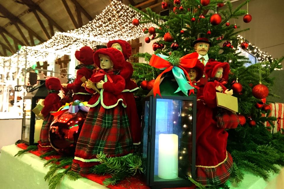 Самодельные куклы у входа на рождественский базар в Ридехусет Орхус, Дания.