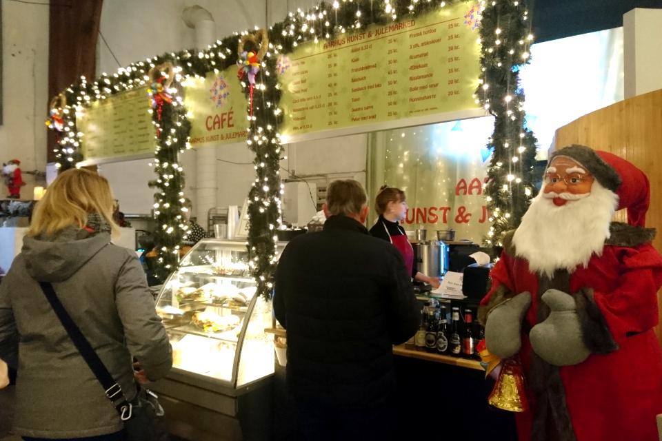 Кафетерий, в котором гостям предлагают традиционные рождественские блюда.