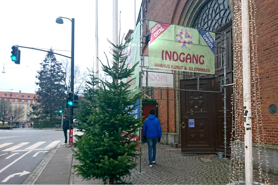 У входа в Ридехусет (Ridehuset), где проводится рождественский базар