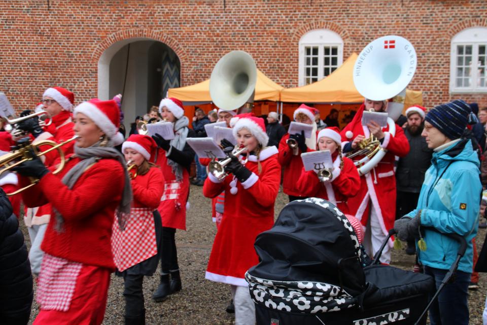 Шествие духового оркестра в костюмах ниссе во дворе замка Ульструп,Дания