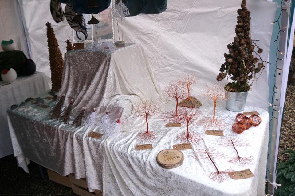 Украшения из металлической проволоки на рождественском базаре, замок Ульструп