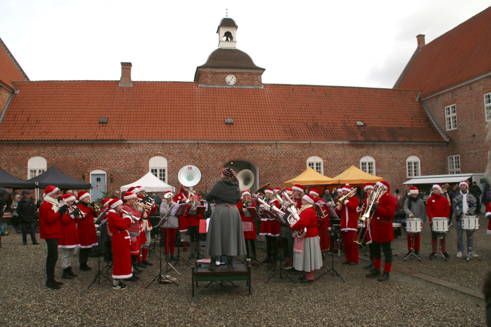 Выступление духового оркестра с рождественскими мелодиями, замок Ульструп