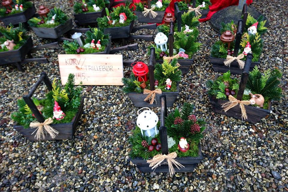 Корзиночки и тележки с рождественским декором, замок Ульструп, Дания