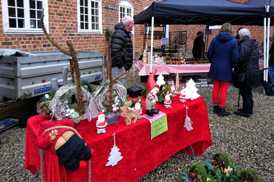 Ниссе и венки на рождественском базаре замка Ульструп / Ulstrup slot, Дания.