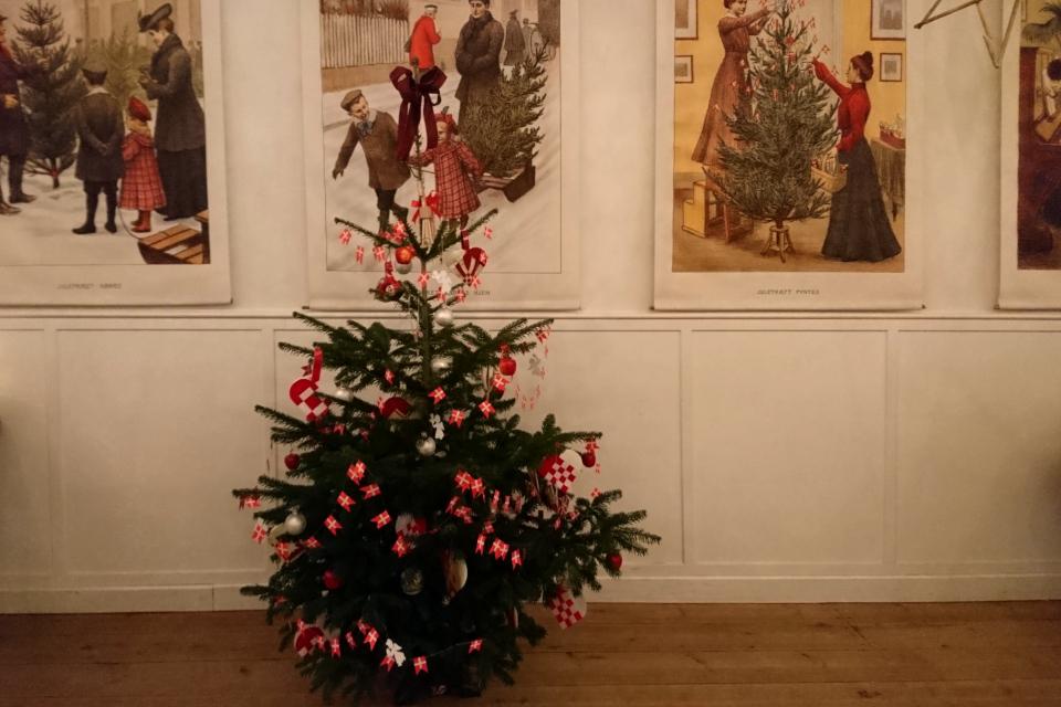 Рождественская елка с традиционным нарядом начала 1900 годов, Дания