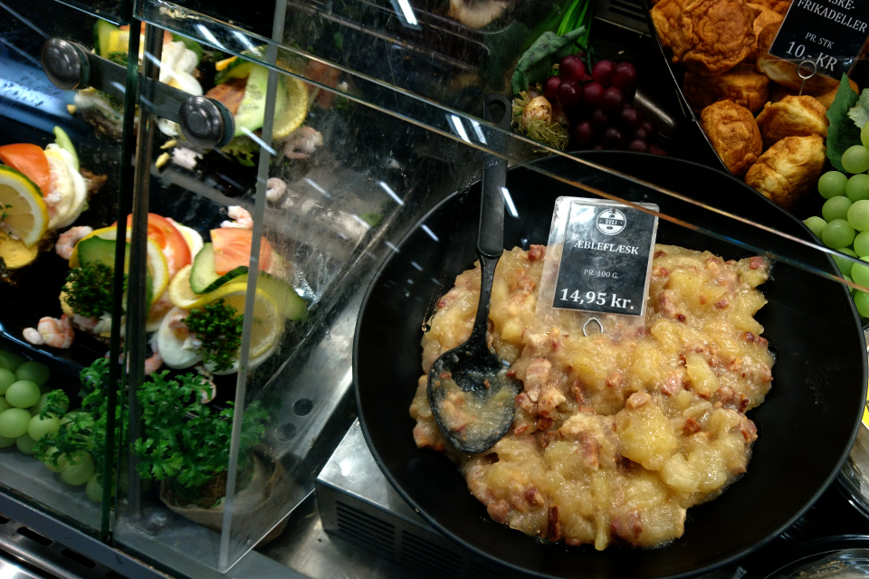Эблефлеск (æbleflæsk) продается в разделе готовой еды в супермаркете