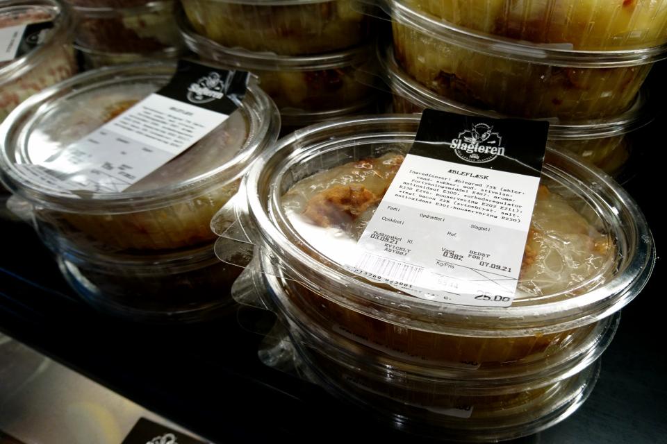 Упаковки эблефлеск (æbleflæsk) в разделе мясных продуктов супермаркета Kvickly Åbyhøj,г. Орхус, Дания. Фото 6 сент. 2021