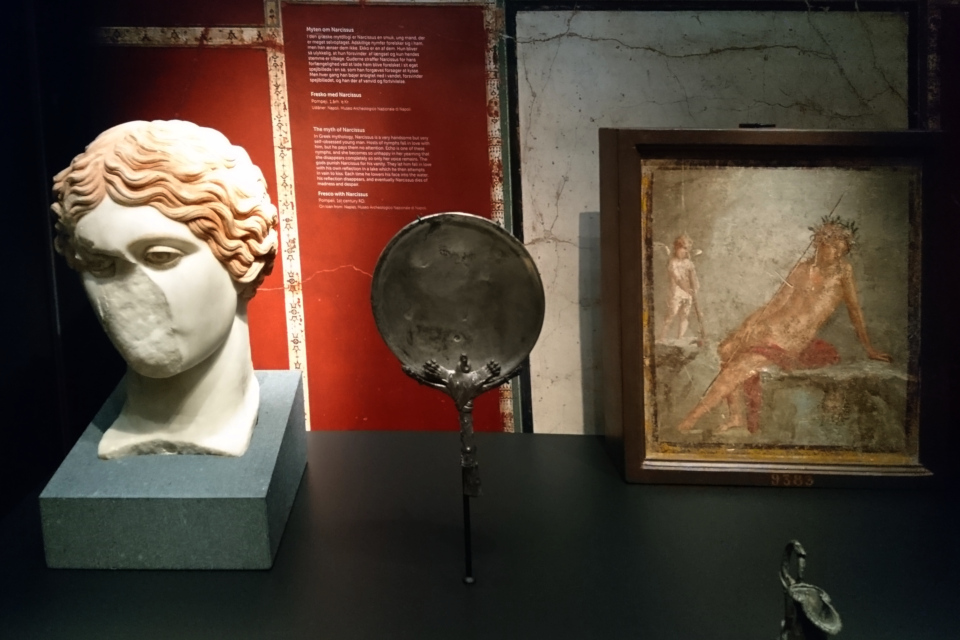 Зеркало, фреска с Нарциссом и бюст юноши, г. Помпеи, 1 век н.э.