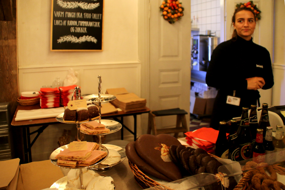 Продажа рождественских сладостей в рождественском помещении (дат. julestue)