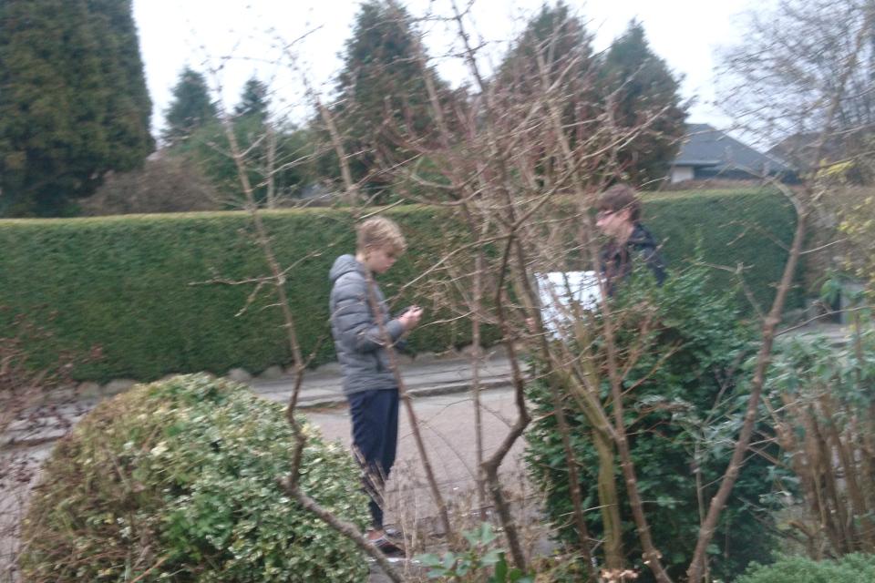 Мальчики устанавливают почтовый ящик. Фото 1 янв. 2020, г. Хойбьерг, Дания