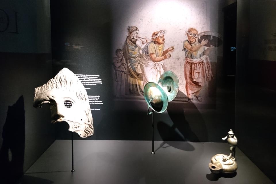 Театральная маска и ударный музыкальный инструмент тарелка, р-н в Неаполе