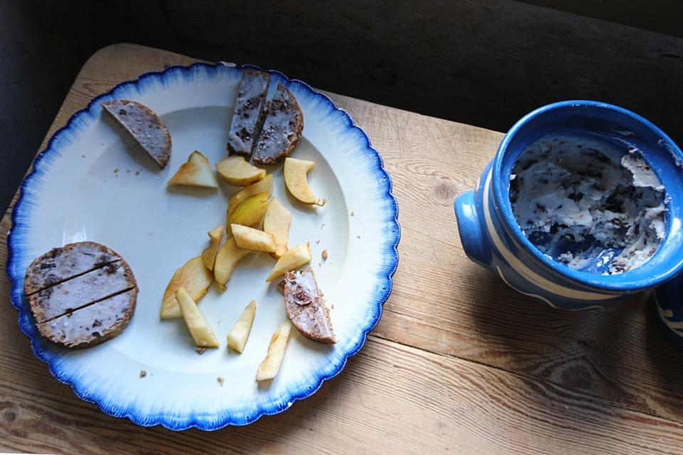 Ломтики черного хлеба со свиным жиром и яблоками