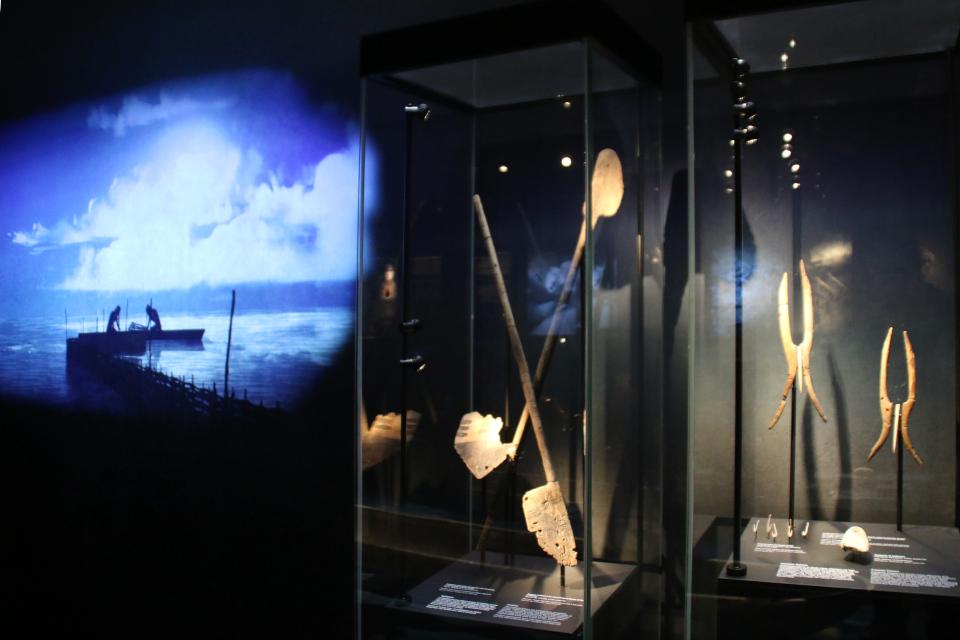 Иллюстрация запруда для ловли рыб и принадлежности для ловли рыб, Эртебёлле