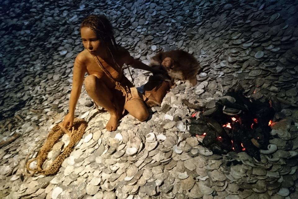 Молодая женщина культуры Ертебёлле на куче кёккенмёгнинг