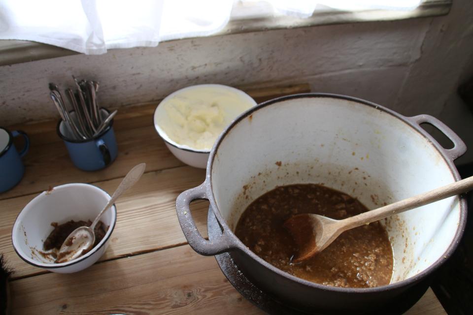Замоченные кусочки ржаного хлеба в большой кастрюле, готовая смесь оллеброд