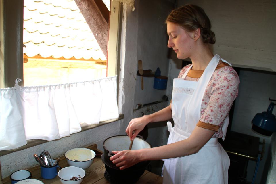 Фрекен готовит оллеброд / елеброд в старой кухне начала прошлого столетия