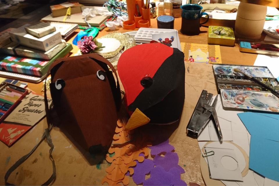 шляпы из картона. Дизайн королевы Дании Маргрете II
