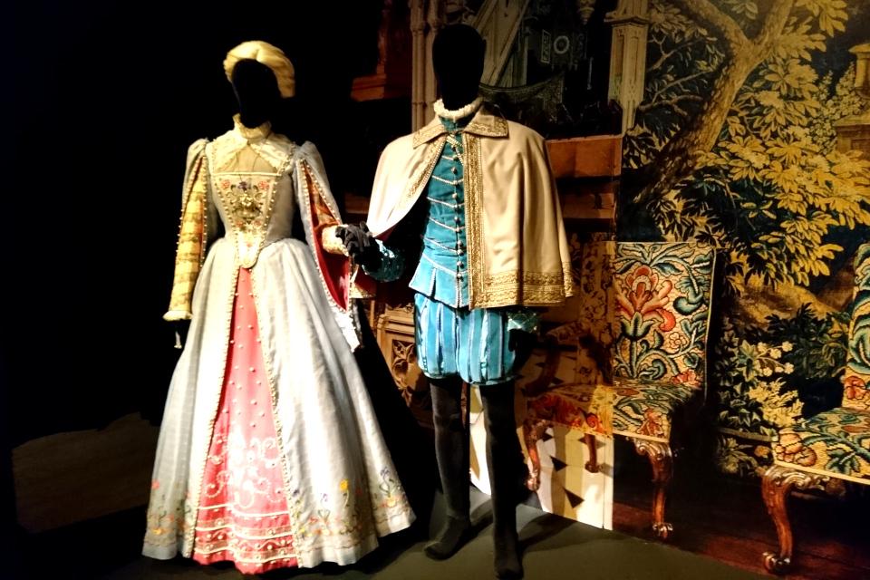 Манекены в костюмах Хильда и Юнкер, созданные королевой Маргрете II