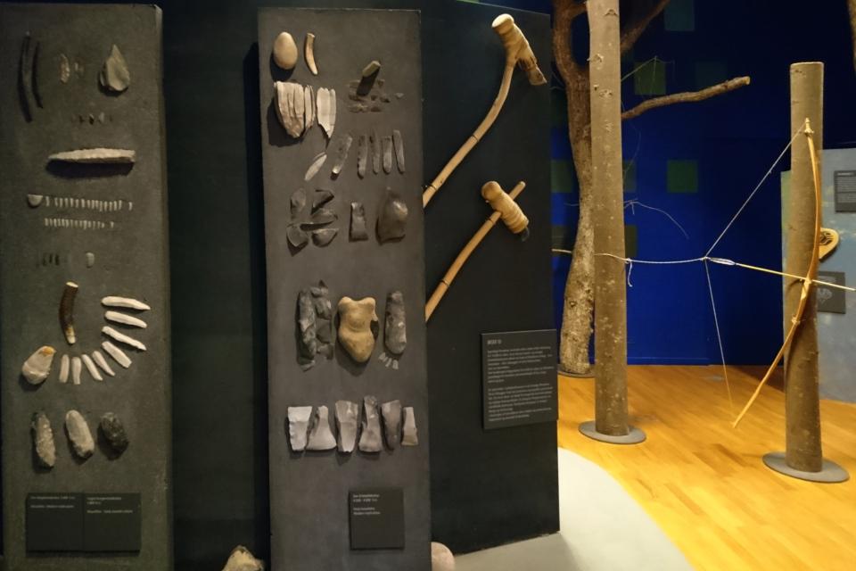 Реконструкция лука, топора и орудия труда из камня.