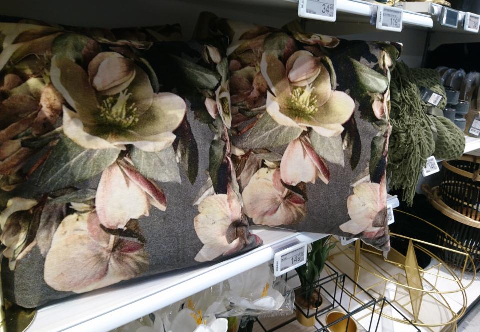 Диванные подушки с мотивами цветов морозника, Дания