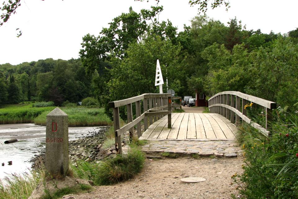Пограничный столб Германии возле мостика с видом на Данию