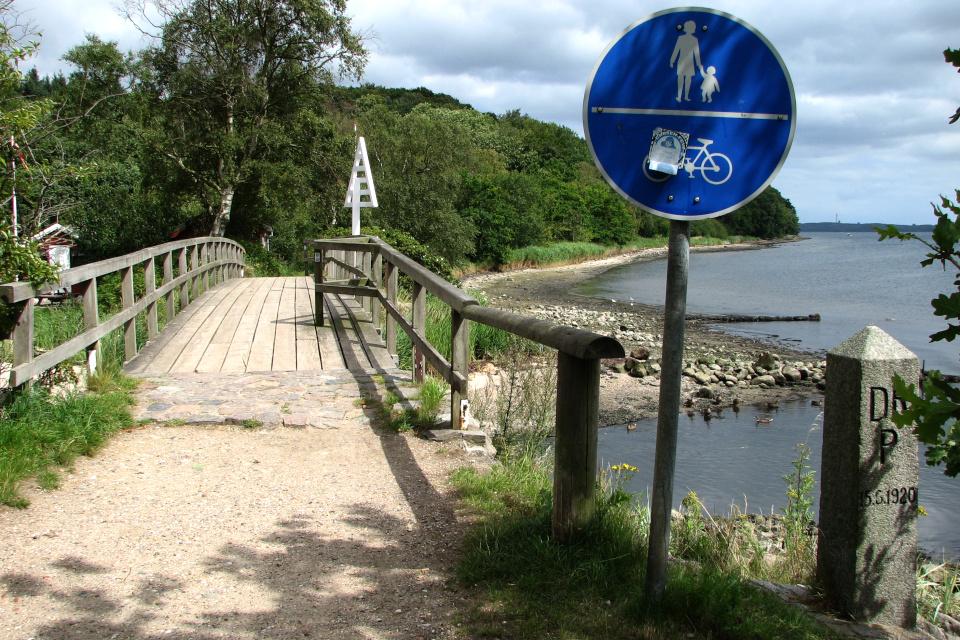 Датский пограничный столб Дании (Skomagerhus) около мостика