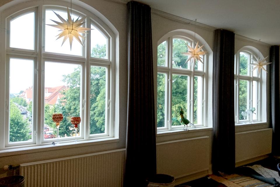 Звезды моравской церкви украшают окна, г. Кристиансфельд / Christiansfeld, Дания