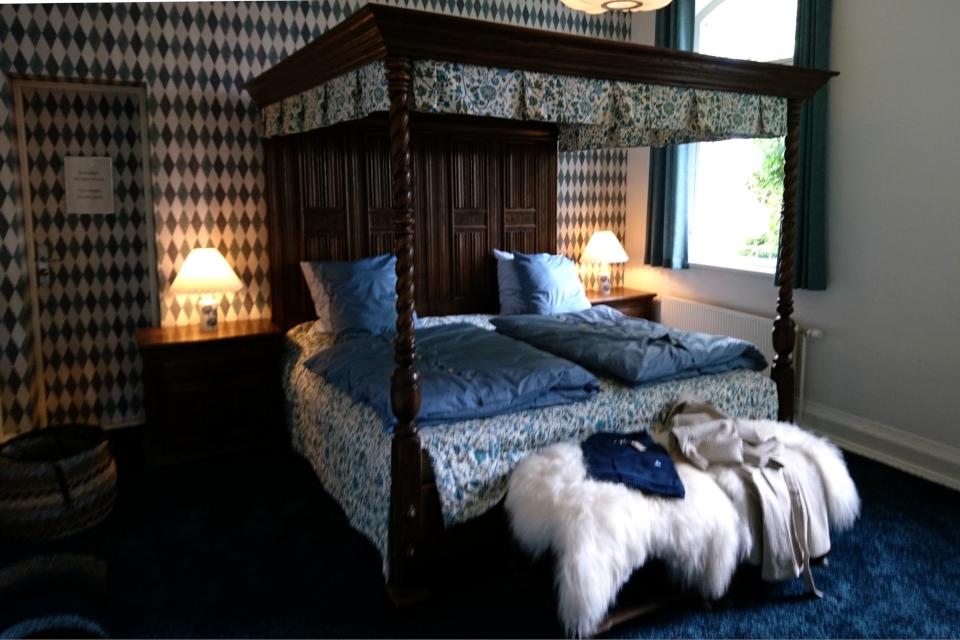 старинная кровать с балдахином