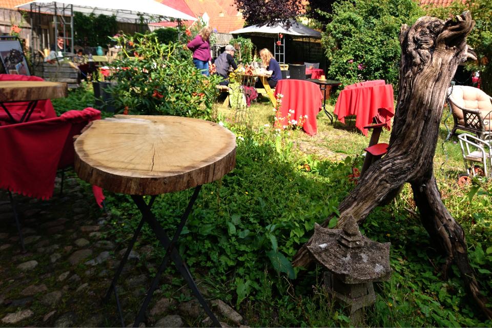 Магазин хюгге в Кристиансфельд, сад во дворе