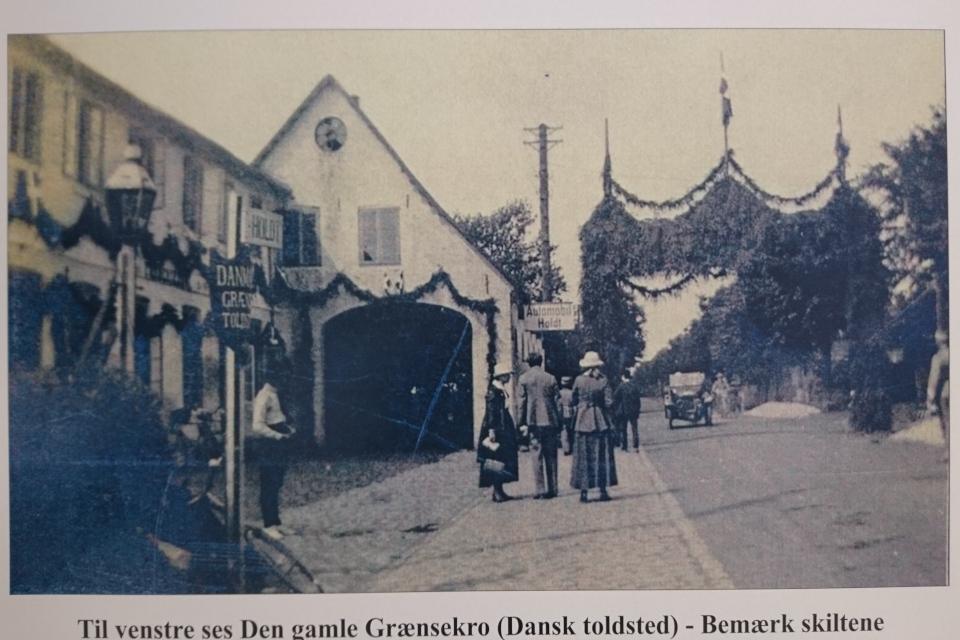 Арка с украшениями на дороге возле гостиницы Den Gamle Grænsekro