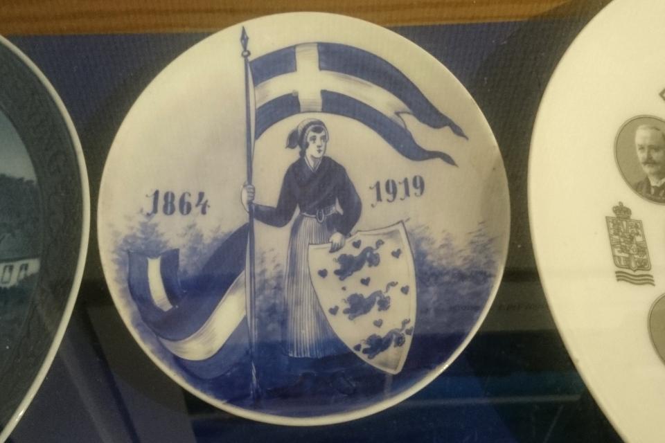 Тарелка 1919 года с мотивом даткой девушки