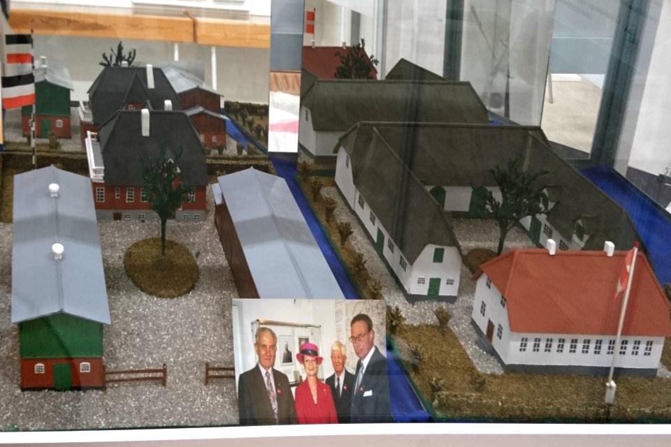 Макеты традиционных построек с дворами в Германии (слева) и в Дании (справа)